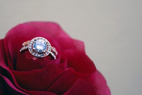 טבעת אירוסין בתוך פרח